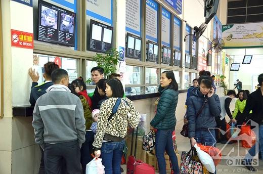 Tình trạng phe vé không còn, mọi người xếp hàng mua vé với giá từ 55-80 nghìn đồng.