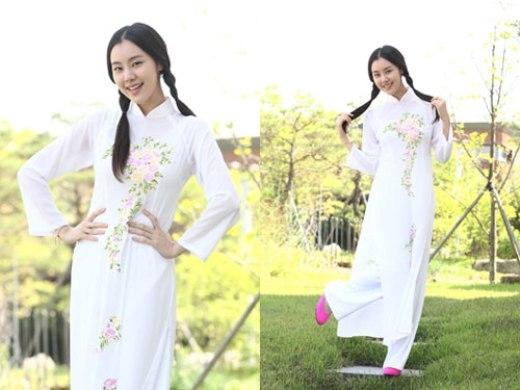 Ngây thơ, xinh xắn với mái tóc thắt bím cùng tà áo dài như nữ sinh trung học,Kim Ye Wonhóa thân một cách hoàn hảo vào cô nàng quản gia người Việt tại Hàn Quốc.