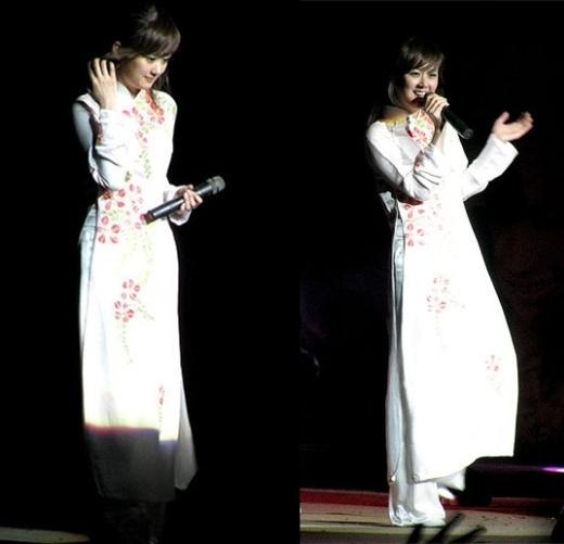 Trong chương trình âm nhạc nhân dịp kỷ niệm 16 năm thiết lập quan hệ Việt – Hàn tại Trung tâm hội nghị Quốc gia Hà Nội,Jang Narađã hóa thân thành thiếu nữ Việt Nam đằm thắm nhưng cũng không kém phần trẻ trung, nhí nhảnh trong tà áo dài trắng thuần khiết.