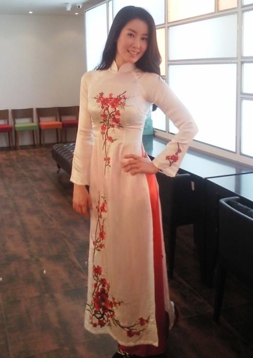 """Lee Tae Rantạo dáng đáng yêu trong tà áo dài được các fan Việt tặng, cô nàng thích thú """"khoe"""" ngay những hình ảnh nóng hổi này khi nhận được món quà trên mạng xã hội thu hút sự quan tâm của các fan."""