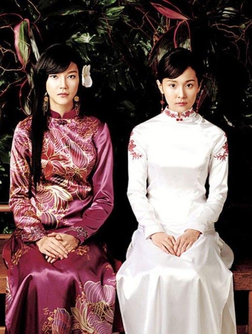 Cặp diễn viên Hàn Quốc ChaYe RyeonvàJo Ahnvới phong cách bí ẩn, độc đáo trong trang phục truyền thống của đất Việt.
