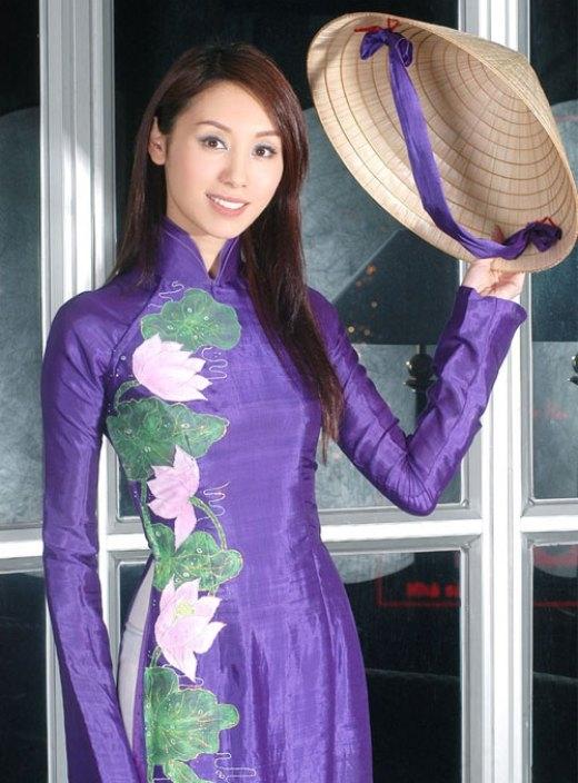Ngôi sao TVB, hoa hậu HongkongQuách Khả Doanhcực đằm thắm và quý phái, không khác gì cô gái Việt Nam trong chiếc áo dài điểm xuyến hoa sen đậm phong cách Việt.