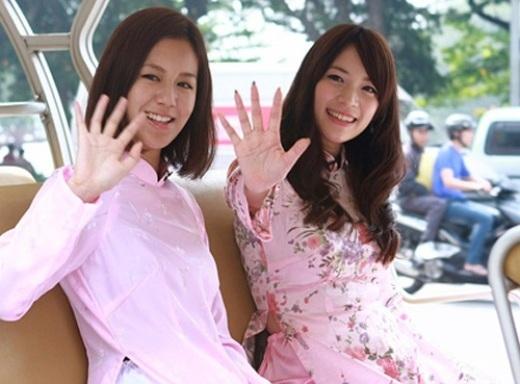 Cặp diễn viên NhậtFonchivàEdo Macùng nhau trải qua thời gian vui vẻ trong tà áo dài sắc hồng điểm hoa dạo quanh các phố phường Việt Nam.