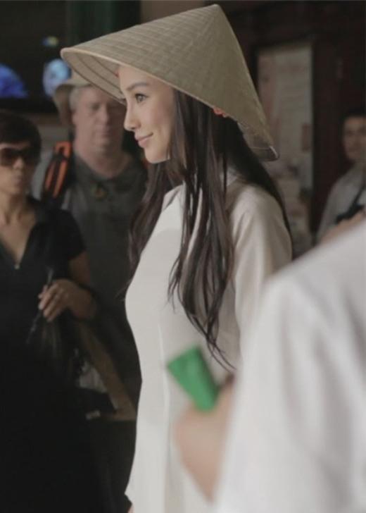 Áo dài trắng cùng chiếc nón lá mộc mạc giúp tôn lên vẻ đẹp thuần khiết, thanh tao của siêu mẫu xứ Trung –AngelaBaby.