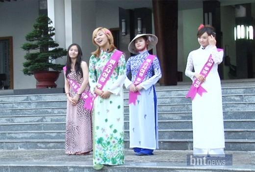 """Trong một lần sang Việt Nam ghi hình chương trìnhMBC every1 'f(x) Koala, 4 cô gái nhà F(x)đã có dịp diện áo dài thướt tha trước sảnh Dinh Độc Lập, thậm chí họ còn hài hước tổ chức cuộc thi """"Miss Áo Dài"""" bình chọn ai là người mặc đẹp nhất."""