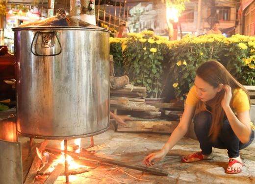 Nữ ca sĩ tự mình nhóm lửa cho nồi bánh Tét. - Tin sao Viet - Tin tuc sao Viet - Scandal sao Viet - Tin tuc cua Sao - Tin cua Sao
