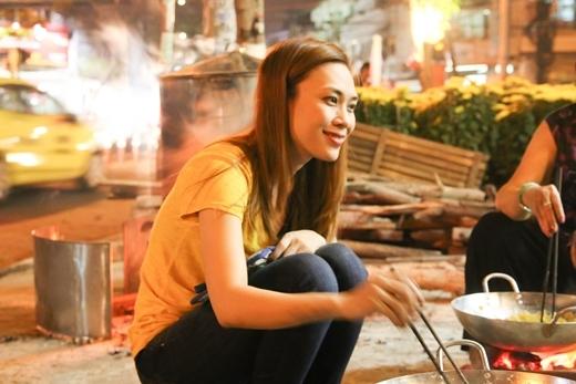 Mỹ Tâmvui vẻ ngồi trò chuyện với gia đình ở trước nhà khi cùng nấu bánh Tét. - Tin sao Viet - Tin tuc sao Viet - Scandal sao Viet - Tin tuc cua Sao - Tin cua Sao