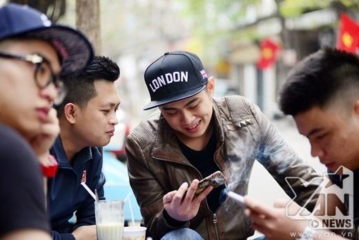 Bên ly cafe, họ vui vẻ trò chuyện, chia sẻ những kỉ niệm của năm cũ và những mong chờ cho năm mới.