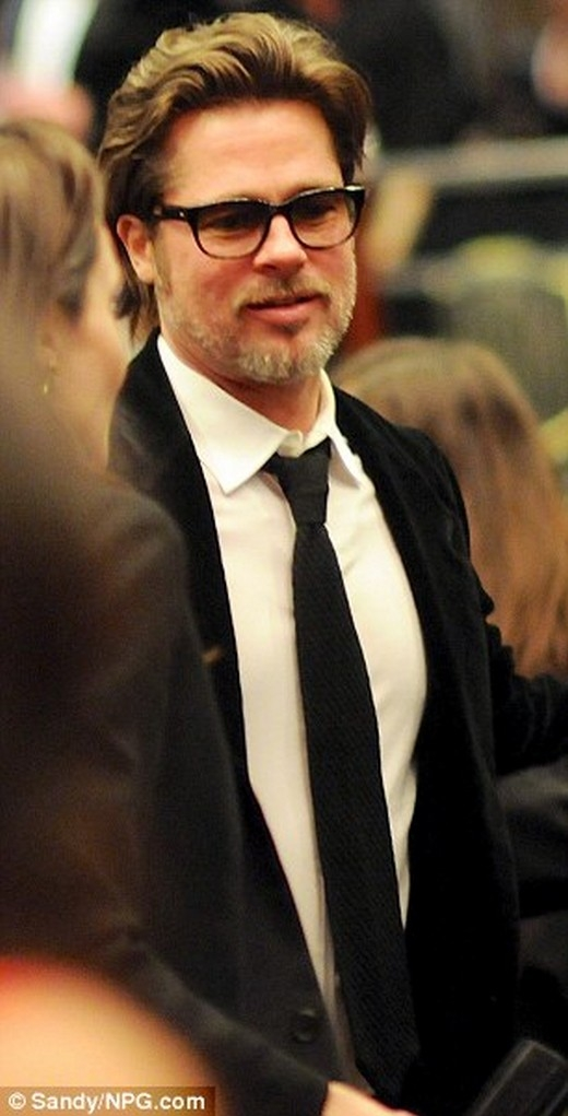 Angelina Jolie và Brad Pitt tình cảm trong lễ trao giải phim Unbroken