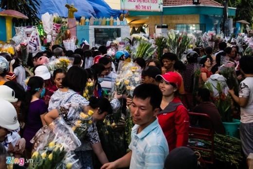 Chợ hoa Hồ Thị Kỷ là đầu mối hoa của thành phố, chiều cuối năm, rất đông người dân đã tranh thủ tới đây mua hoa.