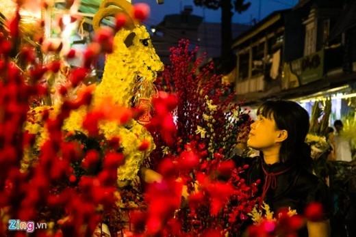 Chị Tuyết Hồng, chuyên bán nụ tầm xuân ở chợ cho biết, năm nay cửa hàng chị có các sảm phẩm như hình hoa, các linh vật được chính chị tự kết từ nhiều loại hoa khác nhau. Khách chuộng nhất là chú dê kết bằng các loài hoa, với giá bán trọn bộ khoảng 2,5 triệu đồng.