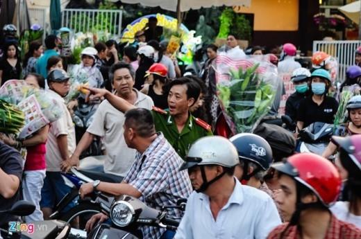 Lực lượng công an phường phải dựng hàng rào bảo vệ ngăn người dân tùy tiện băng qua đường, cũng như giải tán đám đông đậu xe giữa đường mua bán, nhưng vẫn không dẹp được tình trạng hỗn loạn.