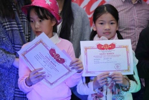 Các cháu học sinh đạt thành tích học tập cao được tặng bằng khen. Trong ảnh là cháu Đặng Tú Sam và cháu Nguyễn My, học sinh lớp 2, có điểm tổng kết trên 9 điểm.