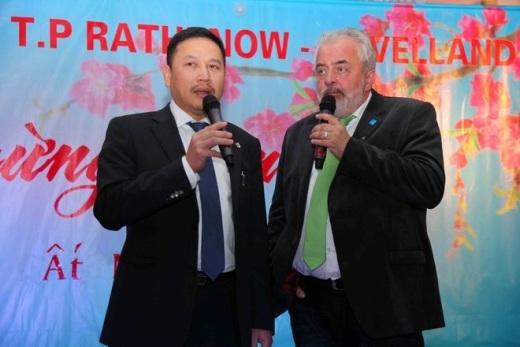 Ông Ronld Seeger (phải), Chủ tịch Thành phố đến dự, ông chia sẻ Cộng đồng người Việt rất chăm chỉ làm việc, góp phần tô điểm bộ mặt thành phố.