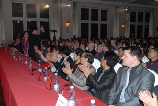 Tới dự chung kết có ông Trương Mạnh Sơn, Đại sứ Việt Nam, ông Hoàng Đình Thắng, chủ tịch Hội người Việt ở Séc cùng các thí sinh và các cổ động viên.