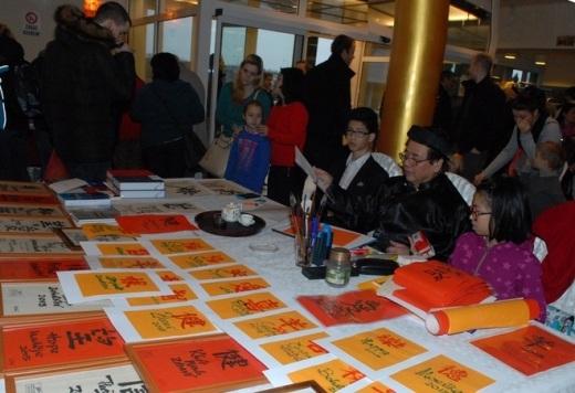 Ban tổ chức còn bố trí nơi viết thư pháp bằng nhiều thứ tiếng của kỹ sư Nguyễn Quyết Tiến và được đông đảo người tham dự xếp hàng xin chữ.