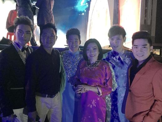 """Phương Thanh đã có một buổi sáng """"biến ngôi nhà thành vườn hoa"""" cùng bé Gà, tối nay cô sẽ đón Giao Thừa cùng các khán giả tại Tiền Giang."""