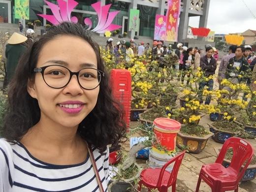 Thảo Trang dạo chợ hoa tại quê nhà.