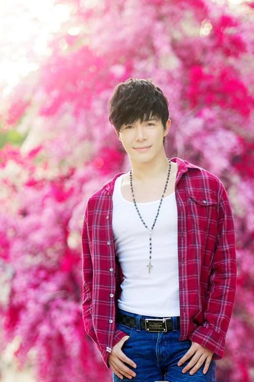 Nathan Lee mừng mùa Xuân mới bằng hình ảnh cùng hoa đào rực rỡ.