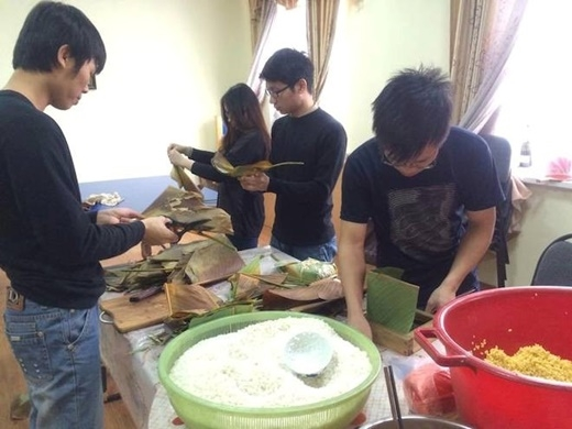 Trung Dũng cho biết thêm, không chỉ gặp gỡ, trang trí phòng, cộng đồng người Việt tại đây còn làm hoa đào giả, nấu món ăn truyền thống và đương nhiên không thể thiếu việc gói bánh chưng. Hội sinh viên của Dũng hiện có 8 thành viên, ngoài ra nhóm còn có 3 người lao động khác. (Ảnh: Nguyễn Trung Dũng)