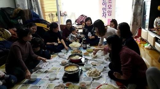 Mặc dù cũng có Tết cổ truyền như ở Việt Nam, song tại Hàn Quốc, mọi người lại không chuẩn bị đón Tết quá cầu kỳ, mà chỉ chủ yếu ở nhà nghỉ ngơi hoặc đi du lịch vào 3 ngày nghỉ. Tuy nhiên, các du học sinh cùng những người Việt sinh sống ở đây vẫn cố gắng sắp xếp một buổi gặp mặt, ăn uống vui vẻ. (Ảnh: Hồng Nhung)