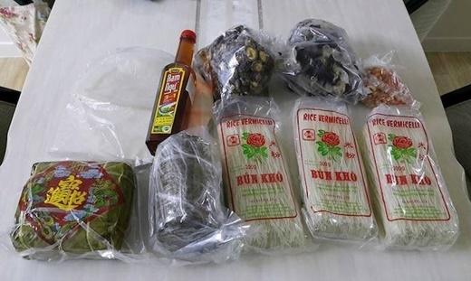Những nguyên liệu, món ăn ngày Tết không dễ gì kiếm được khi xa nhà.