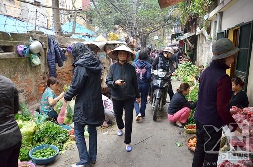 Ngay từ sáng sớm người dân đi chợ đã rất đông.