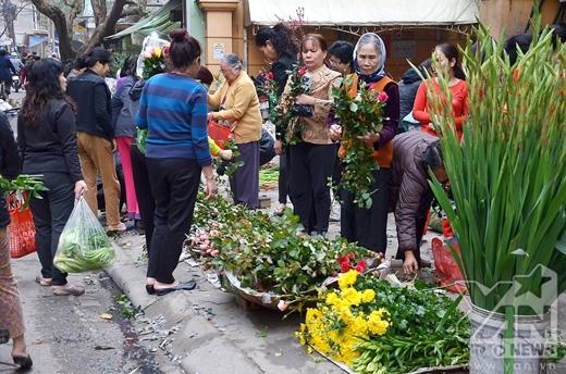 Bên cạnh thực phẩm thì hoa cũng bán rất đắt hàng.
