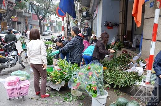 Nhiều người mua hoa ngày 30 Tết để được giá rẻ hơn so với những ngày trước đó.
