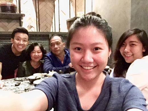 Trấn Thành hạnh phúc ăn tất niên cùng đại gia đình của mình.