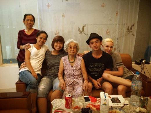 Dumbo sẽ ở lại Việt Nam 1 năm, và Tết năm nay anh hạnh phúc hơn cả khi bên cạnh có cô vợ Tessa xinh đẹp cùng sánh đôi.