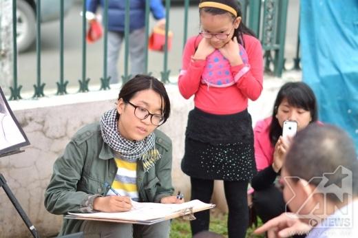 Các bạn trẻ trổ tài vẽ tranh chân dung có thể lấy ngay tại chỗ.