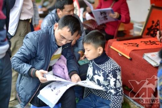 Rất nhiều gia đình đưa con em đi xin chữ cầu học hành, tài lộc cho năm mới.