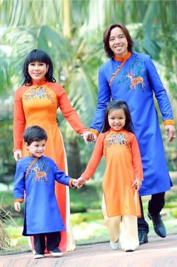 Không chỉ nổi tiếng với khả năng diễn xuất và tấu hài, Việt Hương còn khiến fan ngưỡng mộ với mái ấm hạnh phúc bên chồng, con gái xinh xắn và con trai nuôi đáng yêu. Gia đình nữ danh hài diện áo dài ton-sur-ton nằm trong BST thời trang áo dài truyền thống mang tên Tết an gia của NTK Thuận Việt để đón xuân về.