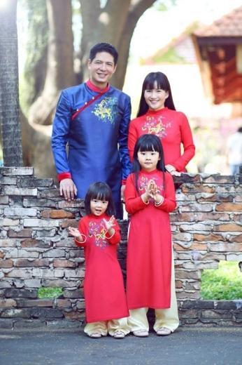 Gia đình người mẫu, MC Bình Minh cũng đón sắc xuân trong tà áo dài. Trong khi hai công chúa và mẹ Anh Thơ lựa chọn sắc màu đỏ tươi tắn, nam diễn viên Mưa bóng mây lại đầy nam tính và mạnh mẽ với gam màu xanh.