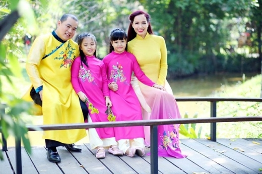 Gia đình cựu người mẫu Thuý Hạnh và nhạc sĩ Minh Khang cũng lựa chọn trang phục truyền thống trong bộ ảnh ngày xuân. Hai công chúa nhỏ dịu dàng và e thẹn trong tà áo dài màu hồng đáng yêu.