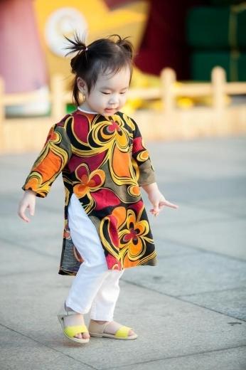 Trên trang cá nhân, vợ của nam ca sĩ Lý Hải - Minh Hà - cũng chia sẻ hình ảnh các con trong trang phục truyền thống. Công chúa thứ hai nhà Lý Hải Cherry - tên thật là Nguyễn Tuệ Minh - được mẹ lựa chọn cho tà áo dài màu sắc rực rỡ.