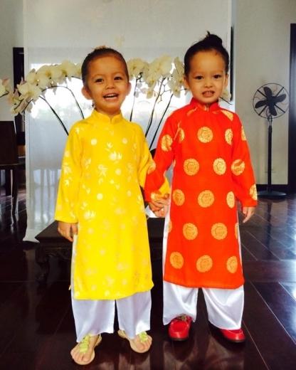 Hôm 13/2, cô Bống cũng chia sẻ hình ảnh của hai nhóc tỳ Tôm và Tép trong bộ áo dài truyền thống của Việt Nam. Theo lời pa, hai bé được mẹ cho ăn diện để tới lớp ăn Tết sớm và học về bánh chưng, 12 con giáp.