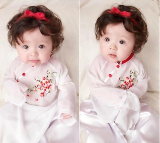 Cadie Mộc Trà cũng được mẹ Elly Trần diện áo dài xinh xắn. Biểu cảm đáng yêu của công chúa nhỏ trong trang phục truyền thống khiến các fan thích thú.