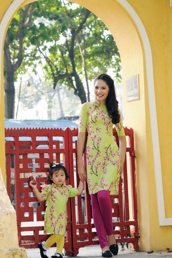 Hương Giang và con gái cũng chọn tà áo dài trong bộ ảnh năm mới. Công chúa nhỏ của người đẹp được nhận xét thừa hưởng nhiều nét xinh đẹp từ mẹ.