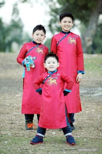 Ba cậu ấm nhà nam ca sĩ Bằng Kiều cũng được mẹ Trizzie Phương Trinh diện áo dài, kết hợp với quần bò và giày thể thao phá cách ngày xuân.