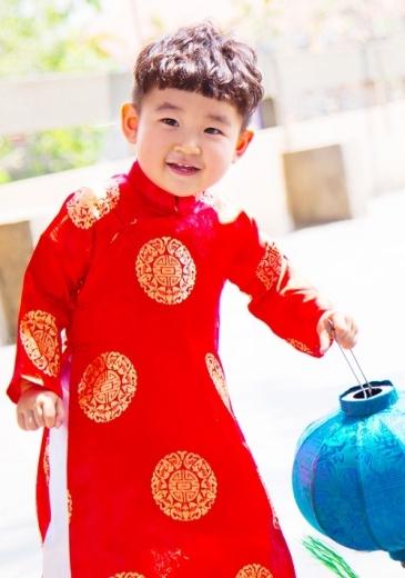 Cậu ấm Kid nhà Diệp Bảo Ngọc trông rất dễ thương khi diện áo dài đỏ họa tiết truyền thống.