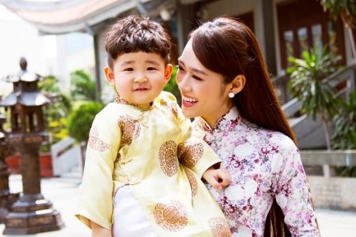 Người đẹp Phụ nữ Thời đại 2011 cùng quý tử hai tuổi diện áo dài đón xuân đầy rạng rỡ.