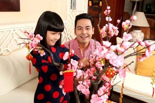 Công chúa Bo nhà nam MC Phan Anh cũng được mẹ chọn cho tà áo dài nổi bật để cùng gia đình đón xuân về.