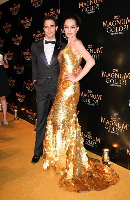 PosenCaroline Correa mặc chiếc váy vàng rực rỡ tới dự một sự kiện quảng bá phim.
