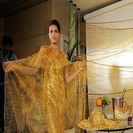 Váy làm bằng tơ vàng của hãng trang sức Ginza Tanaka.
