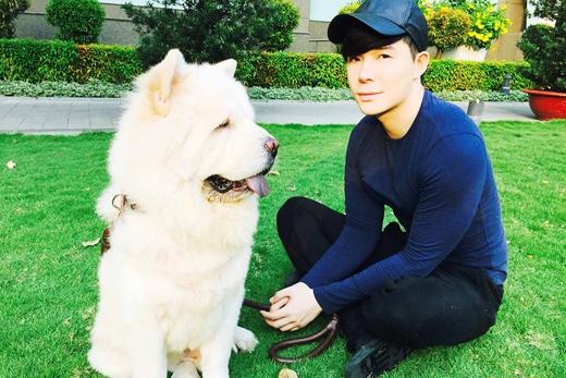 Nathan Lee đón Tết cùng cún cưng, chú cún hàng khủng thuộc giống chó sư tử là bạn đồng hành rất thân thiết của anh.