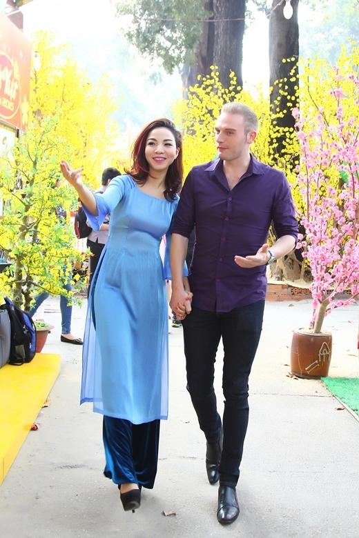 Nếu như Kyo York giản dị nhưng đầy lịch lãm với áo sơ mi tím kết hợp cùng quần jean thì Khánh Loan lại dịu dàng, nữ tính trong bộ áo dài xanh nền nã.