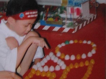 """Hoàng Thân sinh năm 2000 tại Định Hoá (Thái Nguyên) là học sinh lớp 11 trường THPT Lê Quý Đôn (Hà Nội). Đón năm mới 2015 là cái Tết thứ 2 cậu được ở trong ngôi nhà chung cư do Nhà nước hỗ trợ mua. Vì vậy Tết cũng ấm cúng và đầy đủ hơn trước kia. Ông Cung Văn Hóa (người phát hiện và nuôi dưỡng Hoàng Thân cho biết): """"Năm nào hai ông cháu cũng đón Tết ở Hà Nội và Thái Nguyên. Năm nay tôi sẽ đưa cháu về quê trong những ngày đầu tiên của năm mới."""
