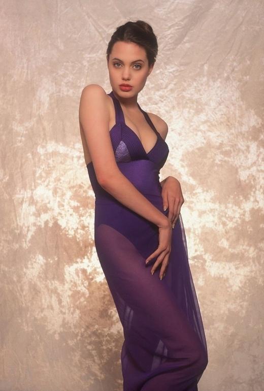 Angelina Jolie ngày ấy đã quá đẹp với đường cong hút mắt